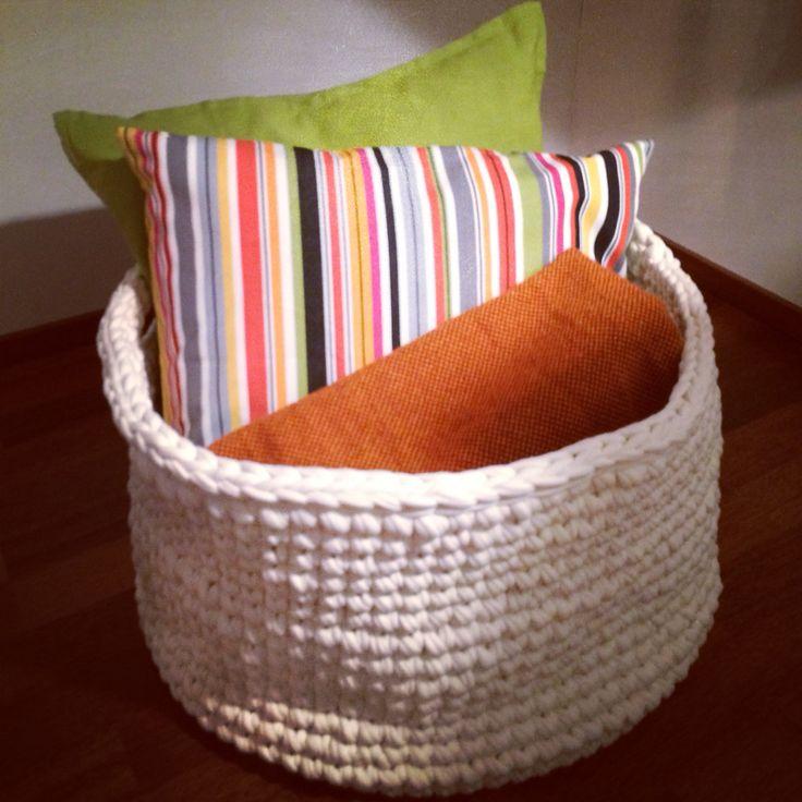 Iso kori tyynyille ja vilteille.