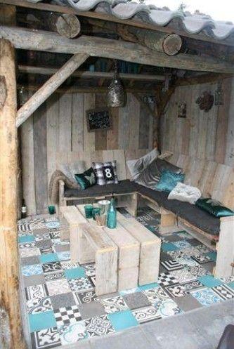 Patio van steigerhout met kleurige designtegeltjes Portugese tegels voor balkon of tuin. Tiles for garden or balcony