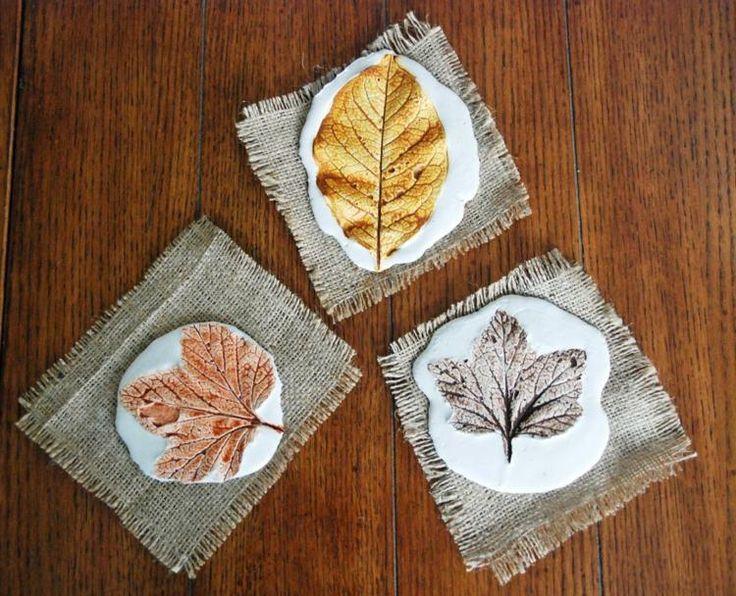 idées bricolage d'automne avec du plâtre - des empreintes de feuilles originales sur des plaques de plâtre