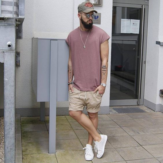 Sneaker Branco, Tênis Branco Masculino, Macho Moda - Blog de Moda Masculina: Roupa de Homem: 5 Tendências Masculinas que continuam para 2017. Camiseta Rosa Oversized, Bermuda Marrom, Boné Aba Curvada.