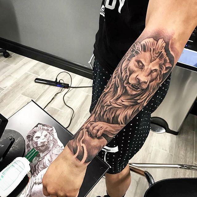 Amazing artist Jeffry Mendoza @mendozajeffry awesome gargoyle lion forearm tattoo! @art_spotlight @art @bnginksociety @inksav @gqstyle  @gq @inkedmag @sephora #jeffrymendoza #lowridertattoo #lowrider  #sculptures  #sculpture #forearmtattoo #forearm #oc #arm #italian #italy #blackandgrey #inked #ink #liontattoo #gargoyle #photorealism #realism #lion  #3d  #fresh  #europe  #art #artwork #renaissance #socal #cali  #la  #tattooed #tattoo