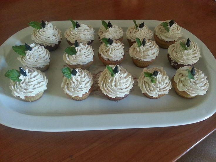 Cupcake alla menta con ganache alla liquirizia: una dolce armonia di sapori unica e imperdibile. http://www.mangiatipico.it/item/cupcake-alla-menta-con-ganache-alla-liquirizia/