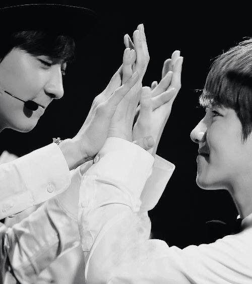 "BaekYeol ""Oh their hands <33"""