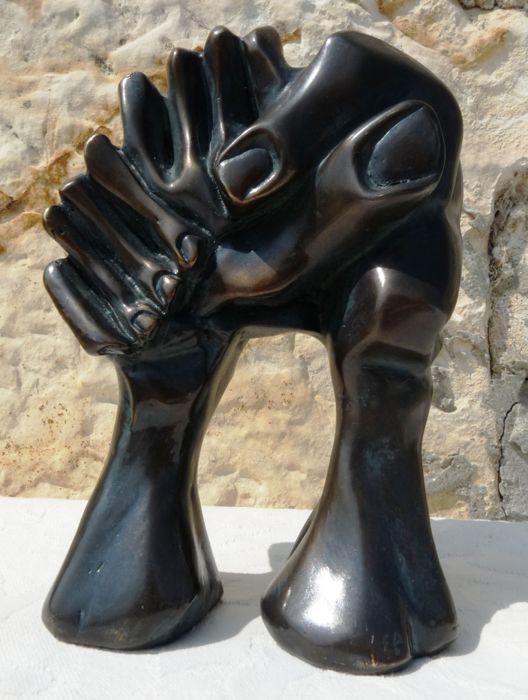 Josep Castell - La Voûte des Mains  Artistieke bewijs door beroemde hedendaagse beeldhouwer van Spaanse afkomst Josep Castell (1952-2001).Deze sculptuur is gemaakt vlak na de val van de Berlijnse muur op 3 oktober 1990.Het vertegenwoordigt vrede zoals gezien door de kunstenaar.Wij vinden het oorspronkelijke beeld bij de voormalige controlepost van de Alpha op de snelweg naar Berlijn. (Zie fotonummer 20)Gemaakt in brons.Ondertekend en E.A.In goede staat zie de vele foto's in te schatten van…