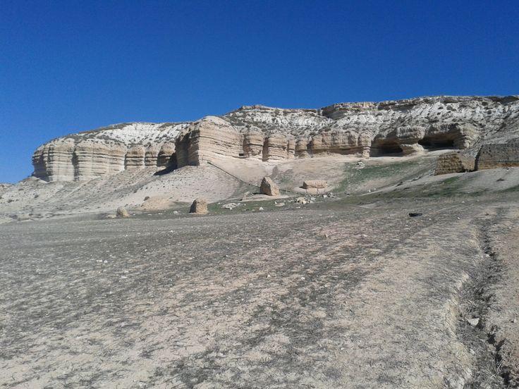 CUENCA GUADIX-BAZA  Durante aquella mañana de paseo, pudimos observar ésta cuenca, que nos hace darnos cuenta de la geología de nuestra comunidad. Observamos en estas estructuras de piedra, diversos sedimentos, cada erosionado de una manera. Aunque en esta foto se observe que no hay vegetación y que es un terreno árido, todo lo contrario, está rodeado de una gran vegetación.