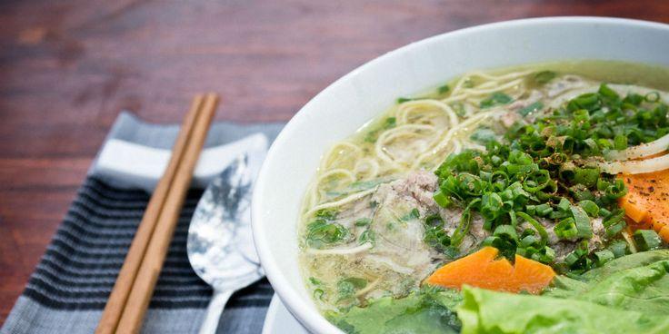 Aprende a preparar la reconfortante sopa con vegetales pero en la versión del sudeste asiático. Es tan fácil como hacer consomé de pollo...