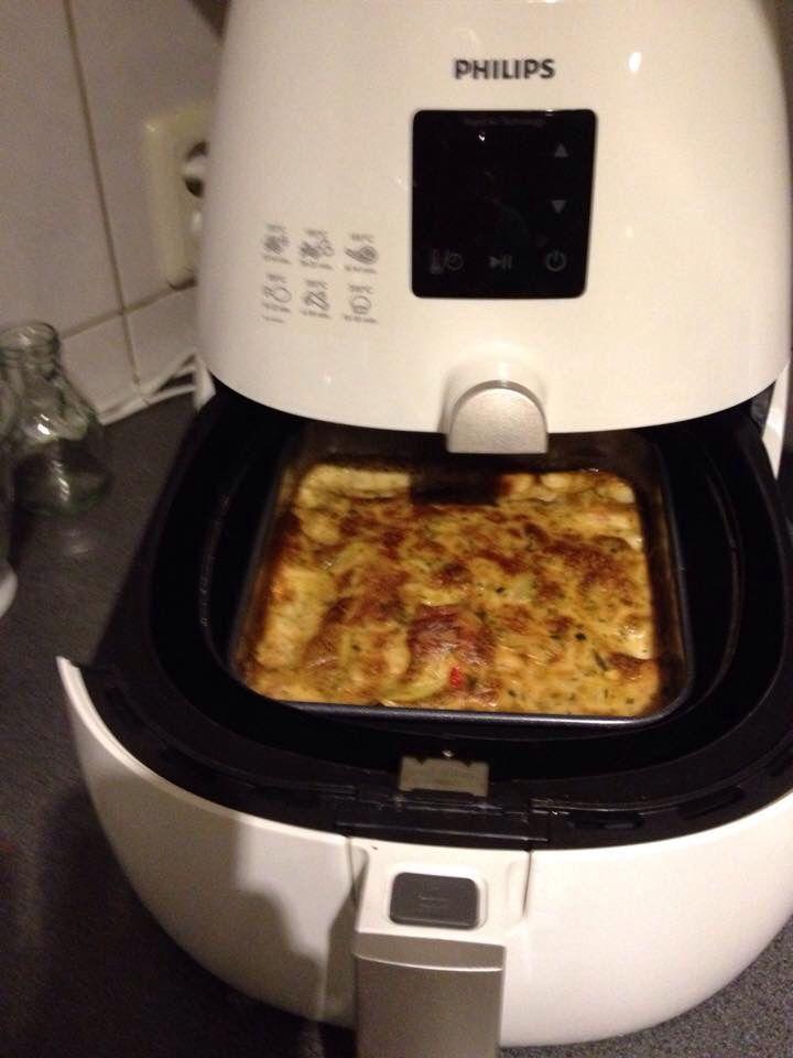 Snel, simpel en zo lekker: aardappelgratin. Aardappels in schijfjes/blokjes (ik had ze gewoon even doormidden en dan in vieren) Beetje diepvriesgroente en een paar knakworstjes in stukjes. Saus uit het potje erover en in de AF. 15 min. op 180 graden. (Volgens de verpakking 30 min. op 200 graden, maar de AFregel zegt 'helft van de tijd en temperatuur -20). En dan krijg je dit.