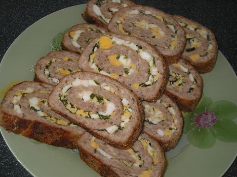 Мясной рулет с начинкой 800 граммов перекрученного мяса (я брала свинину и курятину) 1 сырое яйцо ломтик белого хлеба без корки(замочить в молоке) соль,перец по вкусу панировочные сухари 2 зубка чеснока начинка 3 шт. отварных яйца зелень укропа,петрушки,кинзы зеленый лук немного сливочного масла