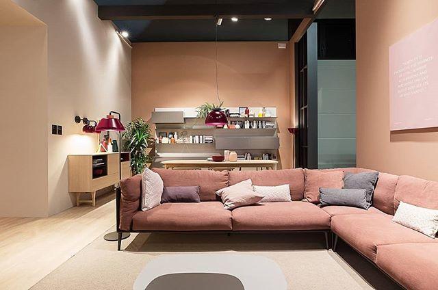 Auf dem Messestand bei unserem Hersteller Novamobili ist die Wohnlandschaft in zarten gemütlichen Farben gehalten.  #Wohnzimmer #Wohnlandschaft #Sofa #Couch #rosa #modern #zeitlos #minimalistisch #minimalism #Inspiration #Inneneinrichtung #wohnstil #wohntrend #home #einrichten #wohnen #interiordesign #interiordecorating #Möbel #Design #Designmöbel #Luxus #Livarea #Novamobili#livingroom