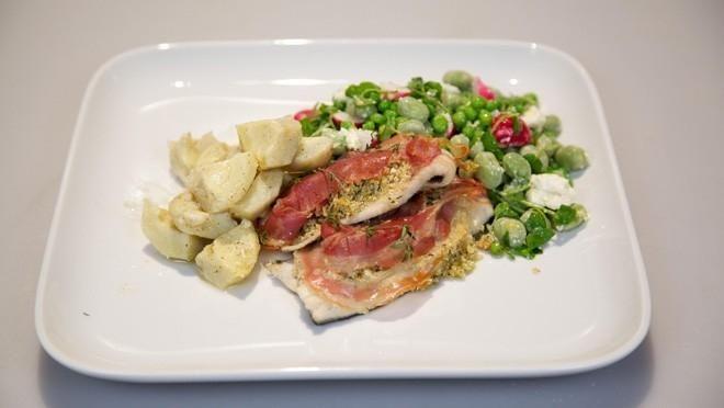 Forelfilet met amandelkruim, gemarineerde artisjokharten en groene salade - recept   24Kitchen
