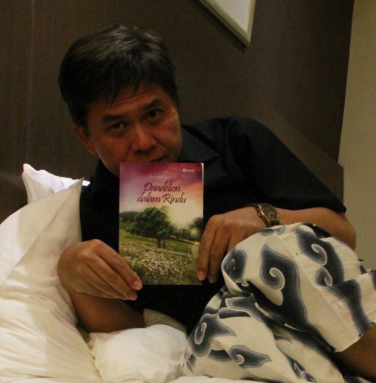 Kurnia Effendi di Jakarta Timur bersama bukuku DdR