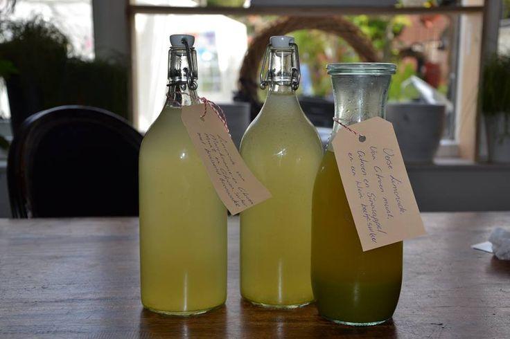 Citroen-muntsiroop van Eve Line: 3 citroen, bosje Citroenmunt en Marokkaanse munt 0,4l water, 200 gram suiker. Water met de rasp van de 3 citroen en 200 gr. suiker in pannetje verwarmen. Laten afkoelen. Muntblaadjes pureren met blender. Afkoelen. Citroensap erbij plus de muntpulp. Uurtje laten staan, dan door zeef. Aanlenegen met licht bruisend bronwater.