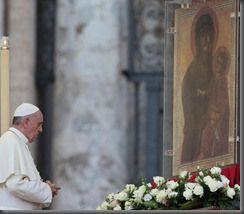 Papa Francesco davanti all'icona di MARIA
