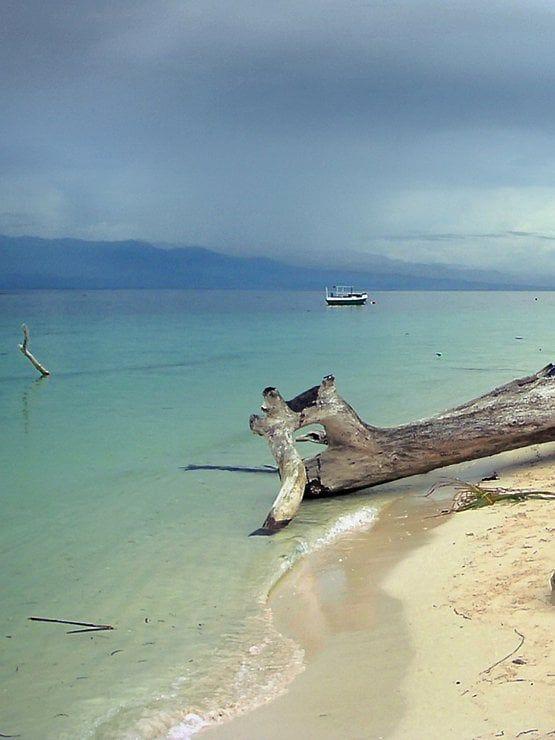 Une mer d'huile dans le «fjord équatorial» de Palu au niveau de Tanjung Karang. Dans cette région, au centre de Sulawesi, malgré son microclimat plus sec par rapport au reste du pays, se trouve des plantations de clous de girofle, de poivrier, de cacao et de coprah. #photographie #voyage #indonesie