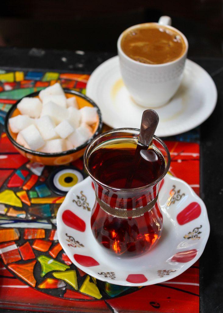çay ince belde güzeldir, kahve fincanda.. çay bir sebeptir, kahve bahane.. çay kalabalık ister, kahve yalnızlık.. kahvenin kırk yıl hatrı vardır çayınsa sonsuz..