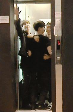 Jikook tá quase dando uns beijo no elevador.
