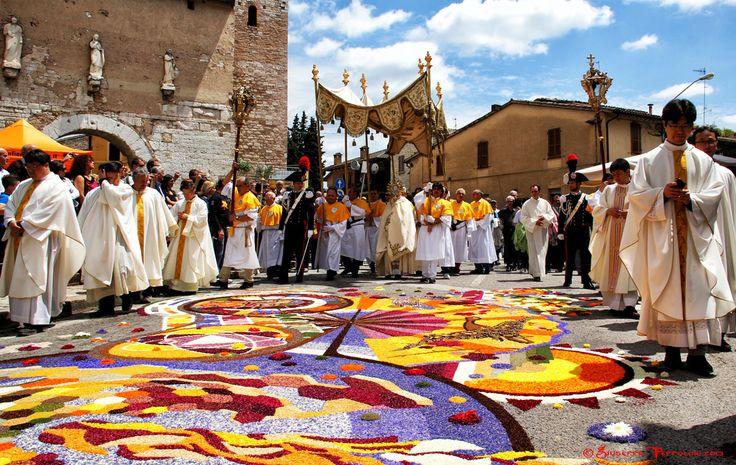 Церковное шествие на цветочном фестивале в Спелло