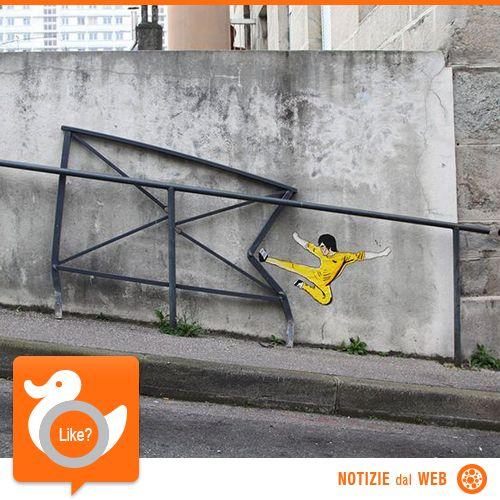 OAKOAK, STREET ART GENIALE L'artista francese di Saint Etienne realizza i suoi lavori tra le strade e i muri delle città, sostanzialmente cerca tutte le imperfezioni che lo circondano per poi trasformarle in opere d'arte. E così lascia il segno ovunque vada: Inghilterra, Thailandia, Cina, Francia…