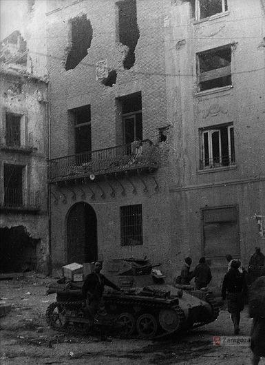 Guerra civil. Tanque averiado en la plaza de Belchite Productor: Sancho Ramo, Gerardo Colecciones - Guerra civil. Guerra Civil (1936-1939).http://www.zaragoza.es/nuba/app/results/?vm=nv