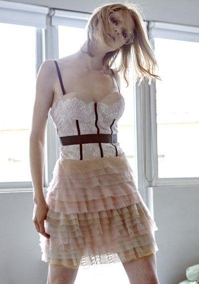 Φόρεμα με Γαλλική δαντέλα στο μπούστο και τούλινη ντεγκραντέ φούστα με βολάν