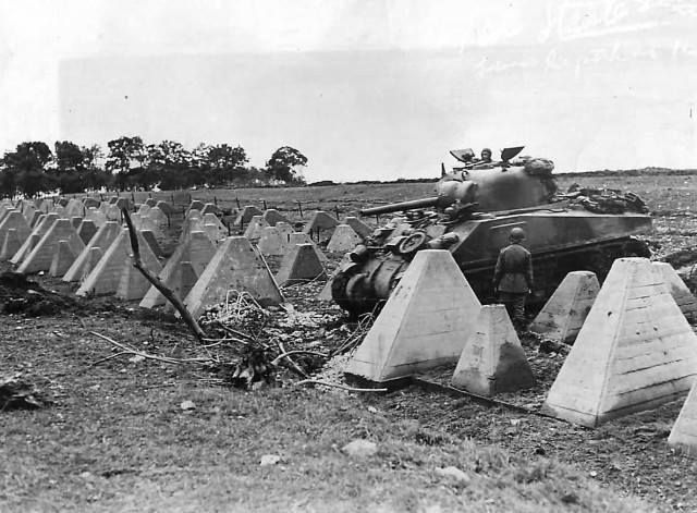 M4 Sherman da 3a Divisão Blindada cruzando dragões dentes de linha Siegfried setembro de 1944