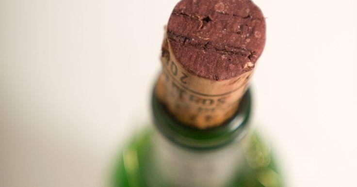 Artesanato com rolha de champanhe. Depois de estourar uma champanhe, guarde a rolha para projetos de artesanato. Você pode reciclar as rolhas e criar objetos de decoração bonitos e baratos. As peças darão um ar rústico e inspirado no vinho. Artesanatos de rolha também fazem decorações para mesas de jantar e natalinas que chamam muita atenção.