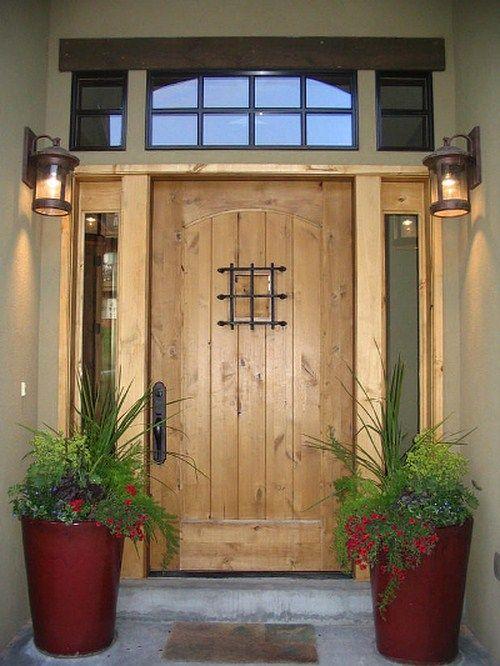 Elegante Haustür aus Holz mit Blumendekoration
