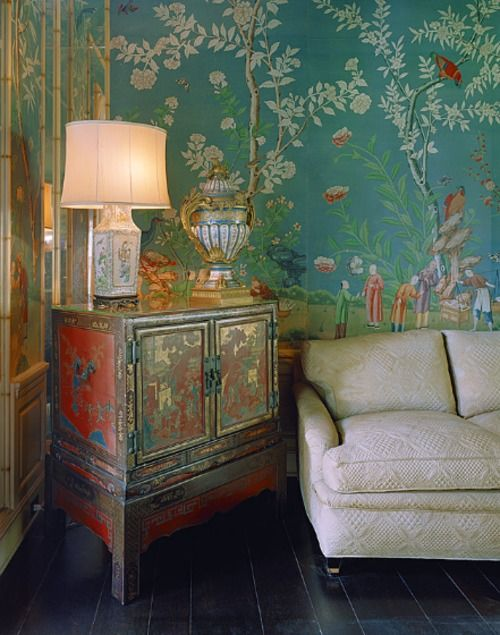 爱 Chinoiserie? Mai Qui! 爱  wallpaper and cabinet in chinoiserie style