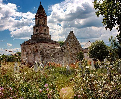 Cea mai veche biserică românească în care se mai ţin slujbe – Biserica Densuş