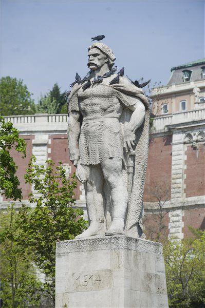 A Dózsa György-féle parasztfelkelés 500. évfordulója. A Bakócz Tamás esztergomi érsek által a törökök ellen összehívott paraszt sereg a háború beszüntetése és a korábbi kizsákmányolás miatt saját nemessége ellen fordult. A felkelés vezére Dózsa György székely katona volt.