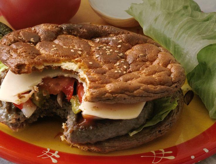 LCHF Oopsie Hamburger - Der beste LOW CARB BURGER überhaupt. Mit einem fluffigen Low Carb Brot perfekt für eine gesunde Ernährung.