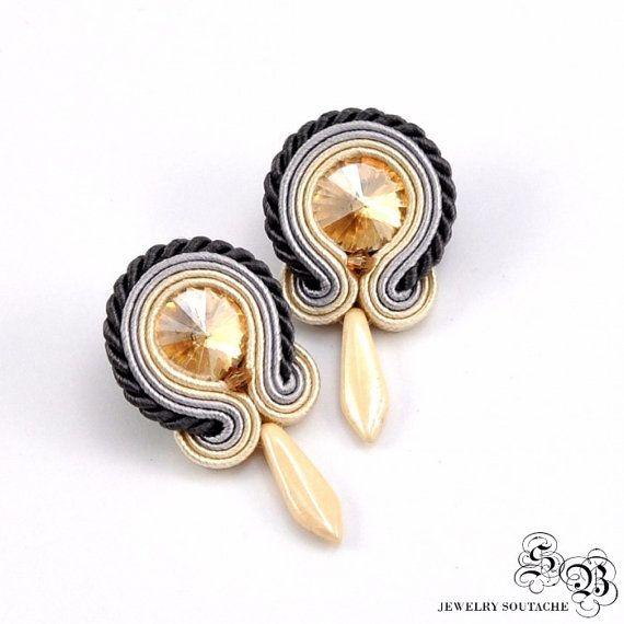 Small Beige Soutache Earrings, Soutache Stud Earrings, Beige Soutache Earrings, Soutache Jewelry, Post Small Earrings, Orecchini beige Soutache ----------------------------------------------------------------------------------------------------  Small Beige earrings in the technique of soutache embroidery made with:  * satin soutache braids * glass crystals rivoli * preciosa dagger beads * czech crystals bicone * hypoallergenic earring posts  Total length: 3,5cm / 1,4 Total width: 2 cm…