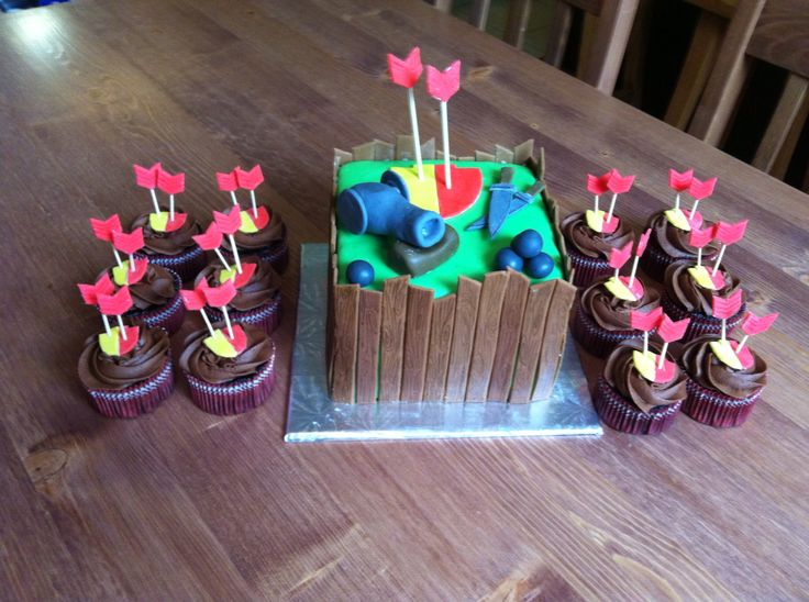 """""""Clash of Clans"""" cake and cupcakes"""