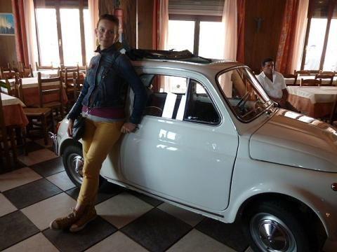 Little red Fiat500: A szicíliai nagybácsit Csillának is bemutattam (az egyik testőrt a háttérben mindig mindent szemmel tartott)./I presented my Sicilian uncle to Csilla too. (You can see one of the bodyguards in the background keeping an eye on everybody and everything)