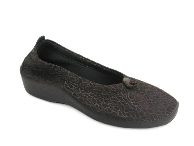 """Arcopedico Shoes are now available at The Shoe Spa. Two styles in multiple colors and more to come. Arcopedico is a high-quality women's comfort shoe brand specializing in lightweight, anatomically designed arch and circulation supporting shoes that are hand made in Portugal. All of the shoes from Arcopedico use two fundamental design principles: the """"barefoot""""…"""