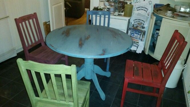 Our dinnertable. Painted I MMSMP'S colours!