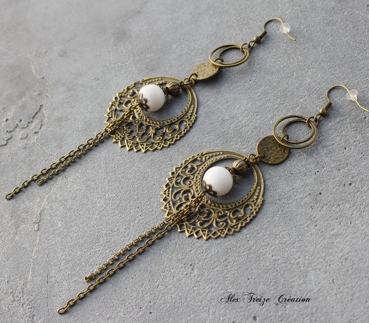 Bijou Créateur - Boucles d'oreilles pendantes bronze Breloques estampes rondes filigranées antiques Perles semi-précieuses Agate blanche : Boucles d'oreille par alextreize-creation