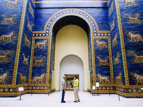 Ворота Иштар - использованы арки. В Египте и Греции арок не знали и возводили сугубо балочные конструкции.
