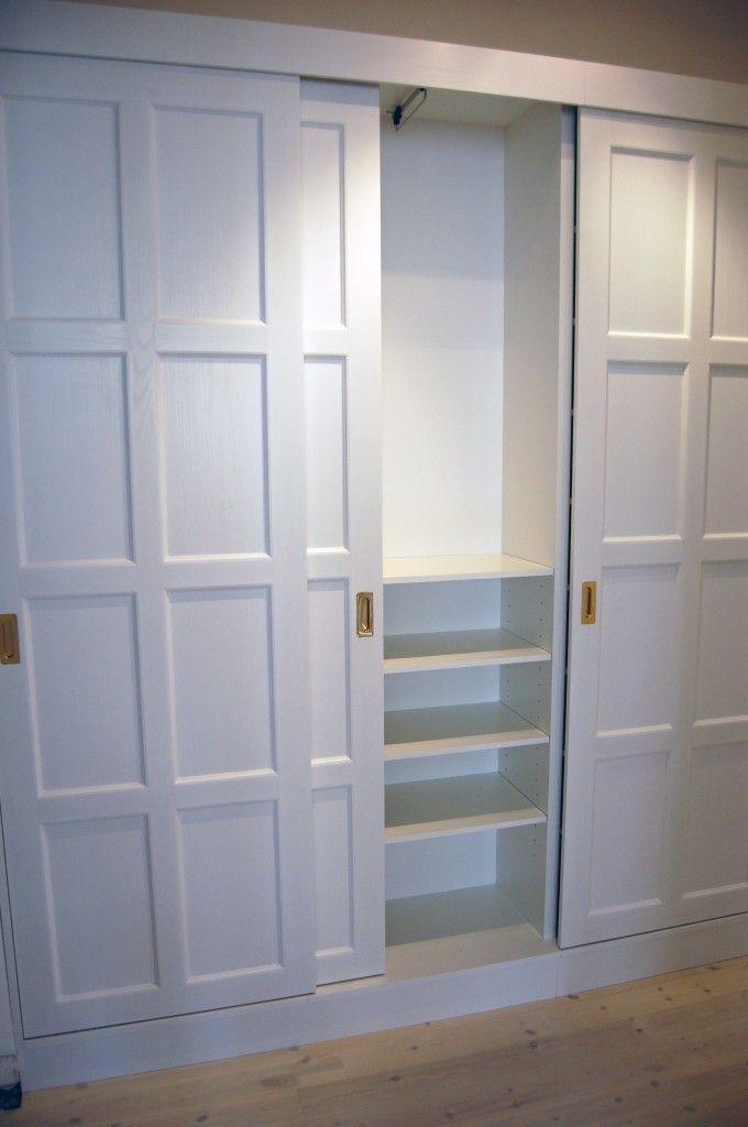 Praktisk garderobslösning, med skjutdörrar, för hall och korridor. Inredningen består av backar, hyllplan samt stänger.