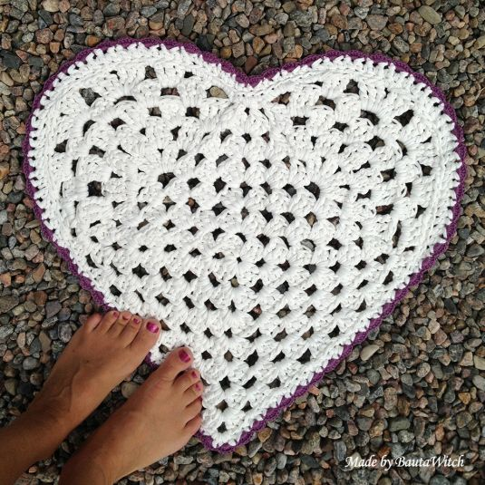I designed and crocheted this heart shaped bathroom rug this weekend. Welcome to my blog - just follow the link, for more images and pattern (in Swedish, so I'm afraid you'll have to use Google Translater)!   http://bautawitch.se/2013/08/18/diy-virkad-hjartformad-matta/