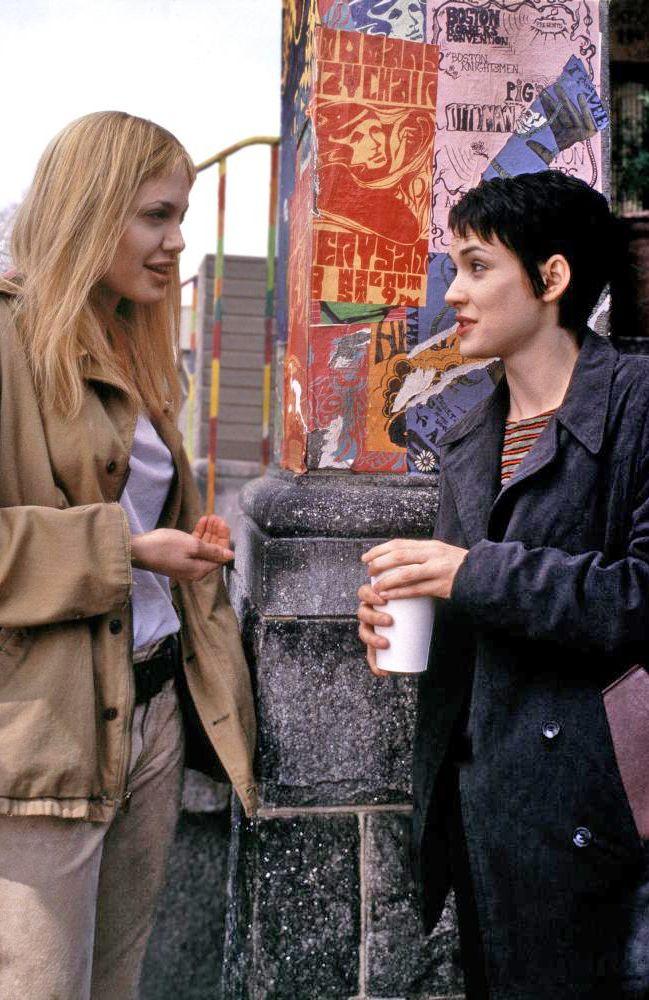 | Une vie volée |   Une vie volée est un film américain sorti en 1999 et réalisé par James Mangold à propos du séjour de 18 mois d'une jeune femme dans un institut psychiatrique, mettant en vedette Winona Ryder et Angelina Jolie.