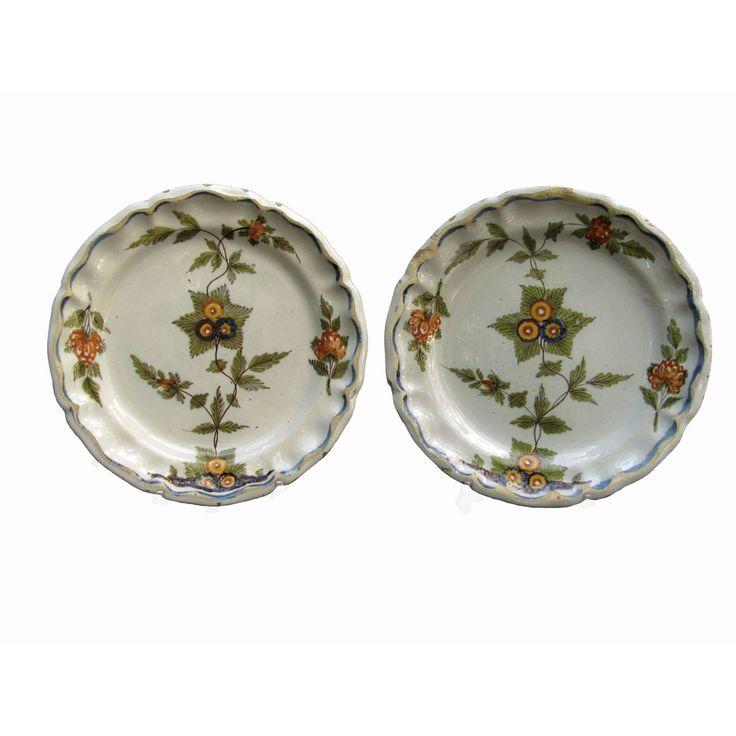 Due piatti antichi decorati