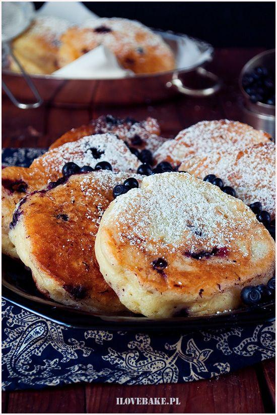 Placki drożdżowe z jagodami - ilovebake.pl #pancakes #bluberry