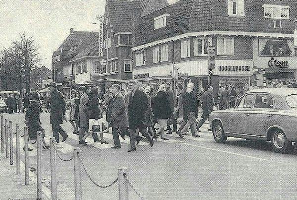 Groest kruising kerkstraat. Links op de hoek Hoogenbosch schoenen.