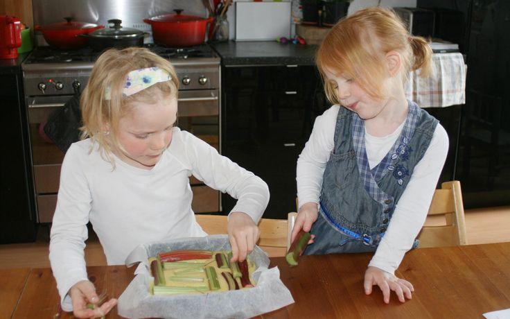 Rabarbercake met kokos gemaakt door Jobke en Ferieke - Kids in the Kitchen