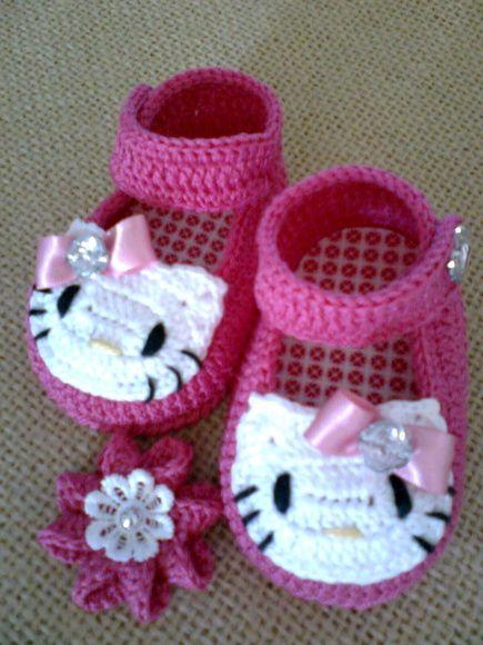 """Sapatinho para bebê com gatinha fofa, feito em crochê com linha 100% algodão, pode ser feita em várias cores, acompanha uma presilha de cabelo em fuxico ou em crochê    P - 0 a 3 meses - 8 cm  M - 3 a 6 meses - 9 cm  G - 6 a 9 meses - 10 cm  especial - 11 cm (somente se tiver certeza que o pé é grandinho ou nenê especial)    * Se o nenê tiver nascido e for possível meça o comprimento do pesinho, se for para presentear e o bebê não nasceu prefira os tamanhos M ou G, as medidas em """"cm"""" são da…"""