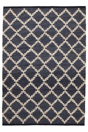 Handvävd matta i naturfiber med härlig struktur. Av hampa med varp av jute. Tryckt mönster. Eftersom varje matta är unik kan små variationer i utseende förekomma. <br>Fläckar tas bort direkt med en fuktig trasa. <br><br>För ökad säkerhet och komfort, använd Antislipmatta som håller din matta på plats. Antislipmattan finns i flera olika storlekar. <br><br>100% hampa<br>Rengörs genom dammsugning