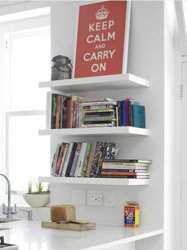 Als je keuken inloopt dan Kopse kant keukenkastje open laten om boeken in te zetten........., kitchen floating shelves . Yes! right next to the window and over the breakfast bar!
