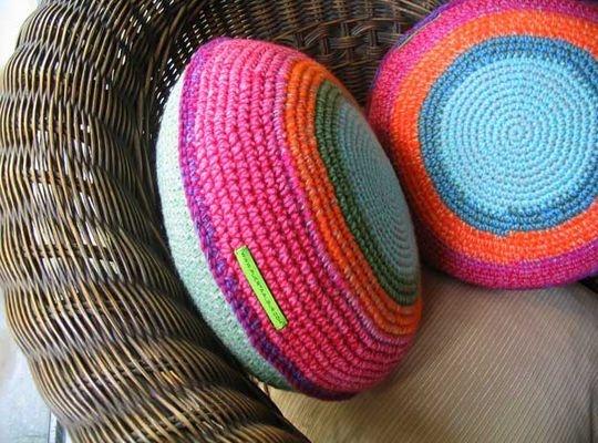 almohadones tejidos a crochet a mano de vivos colores