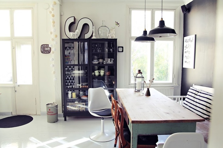 Cozy eating space. Great use of second hand furnitures and findings